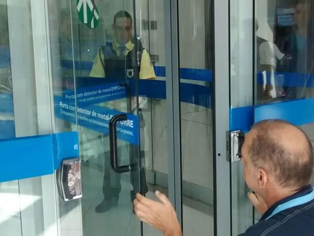 Aposentado tenta argumentar com segurança sua condição para entrar na agência bancária (Foto: Aparecida Forti/Arquivo pessoal)