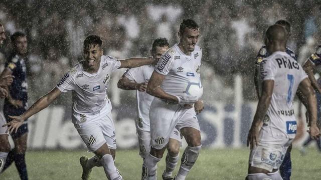 Diego Pituca, do Santos, marca o quarto gol sobre o Cruzeiro
