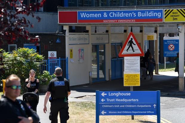 Policiais visitam hospital na Inglaterra onde funcionária foi presa suspeita da morte de oito bebês (Foto: Getty Images)