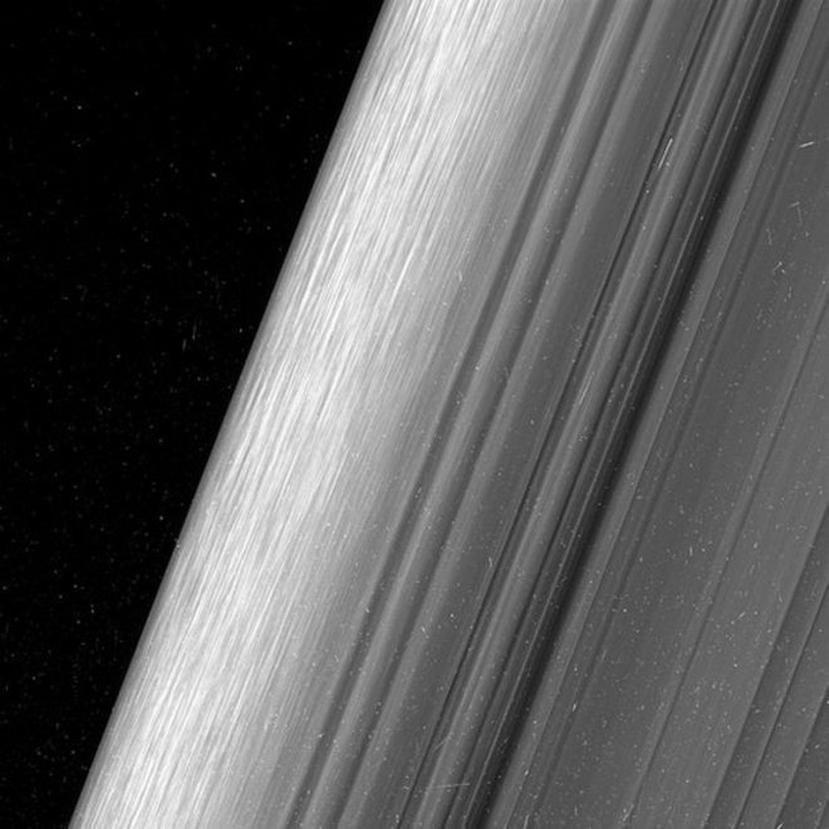As espetaculares imagens de Saturno que mostram suas milhões de 'miniluas'