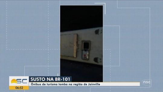 Ônibus com estudantes universitários tomba na BR-101 em Joinville