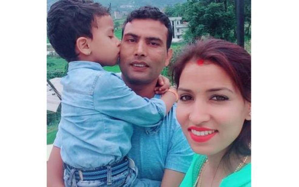 Balaram com a mulher e o filho Image caption Nitu e Balaram se conheceram em um evento de gestão hoteleira e se apaixonaram  (Foto: Arquivo pessoal)