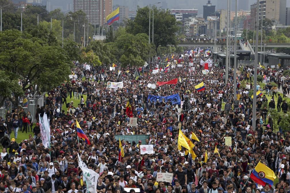 Protesto em dia de greve geral em Bogotá, na Colômbia, nesta quinta-feira (21) — Foto: Ivan Valencia/AP Photo