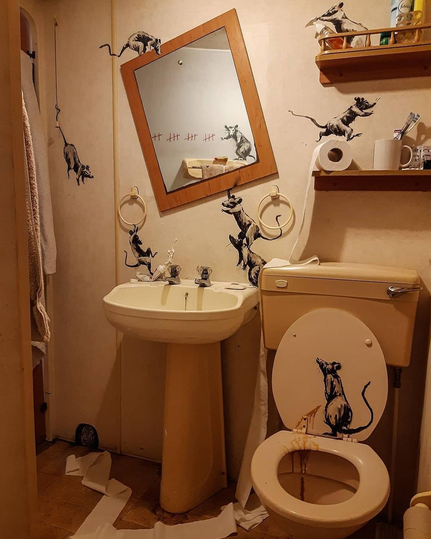 Banksy faz intervenção artística no banheiro de casa durante quarentena
