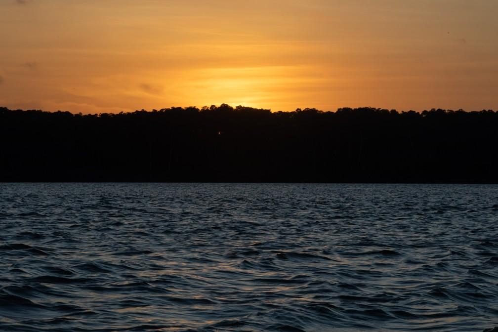 Pôr do sol no Rio Parnaíba: turistas precisam contratar passeio de barco na cidade que dá nome ao rio — Foto: Celso Tavares/G1