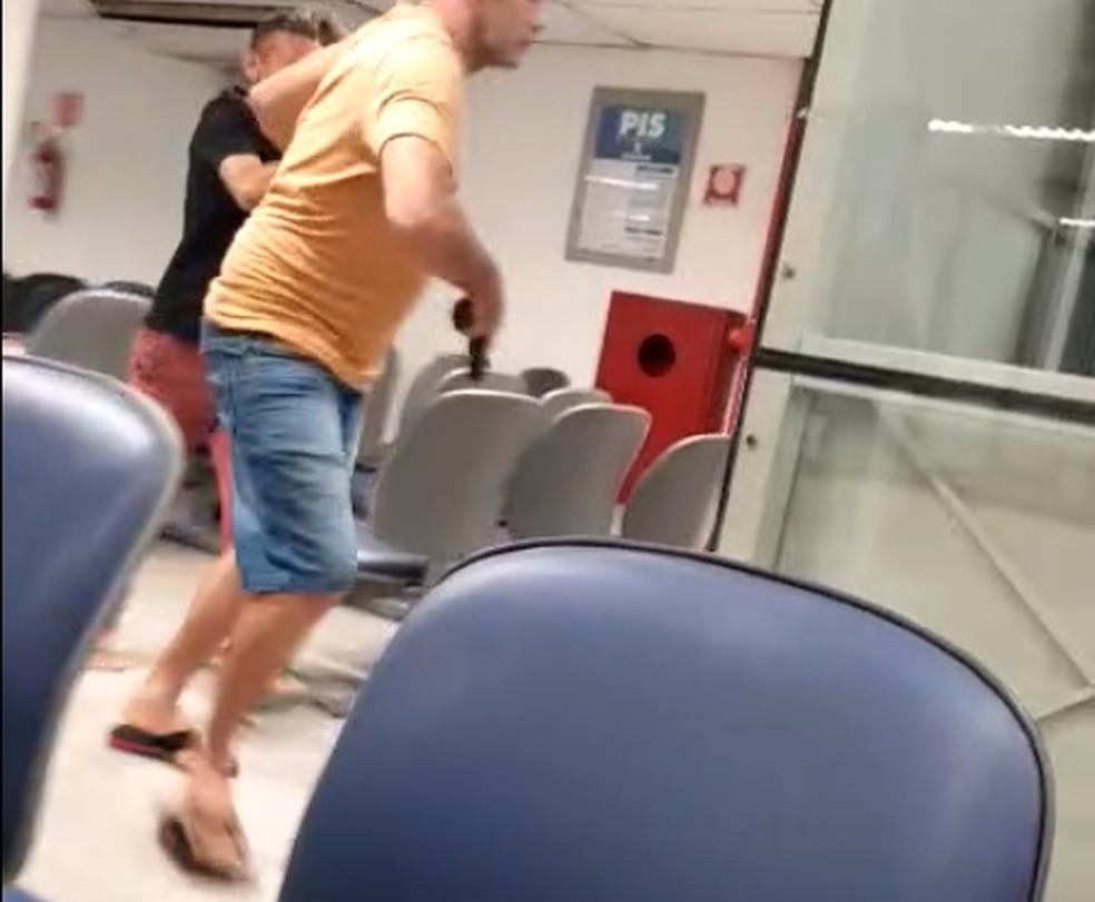Policial rendeu assaltante, que foi preso após tentativa de assalto a banco — Foto: Arquivo pessoal