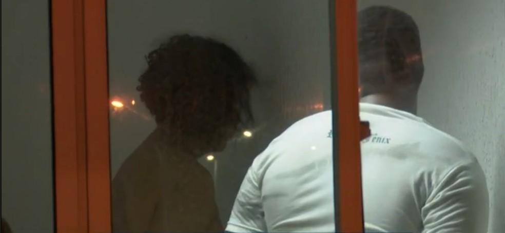 Jonathan e Marcos, na Central de Polícia, em João Pessoa — Foto: Reprodução/TV Cabo Branco