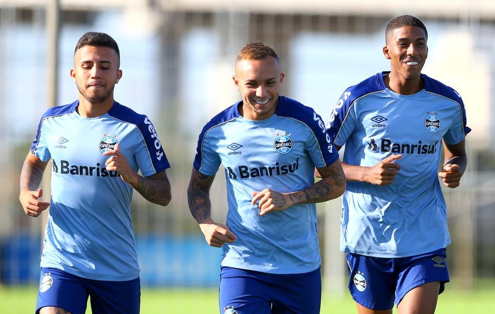 Matheus Henrique, Everton e Jean Pyerre são crias da base do Grêmio — Foto: Lucas Uebel/Grêmio/Divulgação