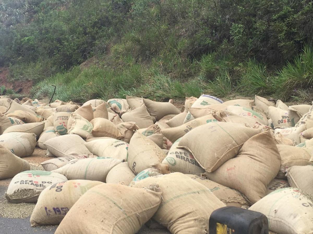 Carreta carregada de caf tomba na rodovia br 267 em for 11 1 8 x 13 g yamaha