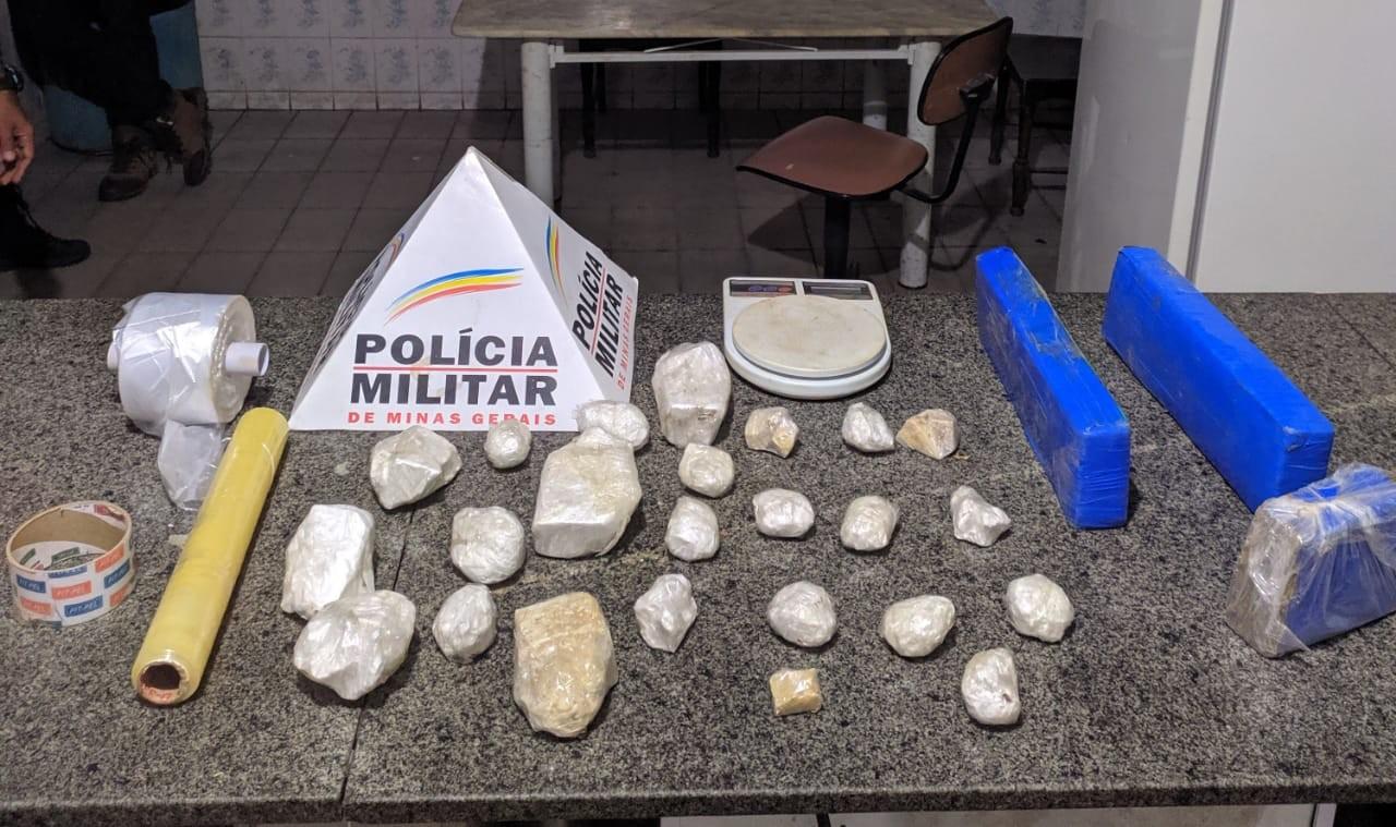 Jovem é preso com maconha, crack e cocaína em Almenara  - Notícias - Plantão Diário