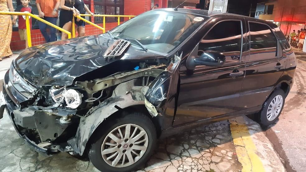 Bandidos bateram moto em um carro que manobrava para entrar em um estacionamento durante a perseguição na Zona Sul de Natal — Foto: Sérgio Henrique Santos/Inter TV Cabugi