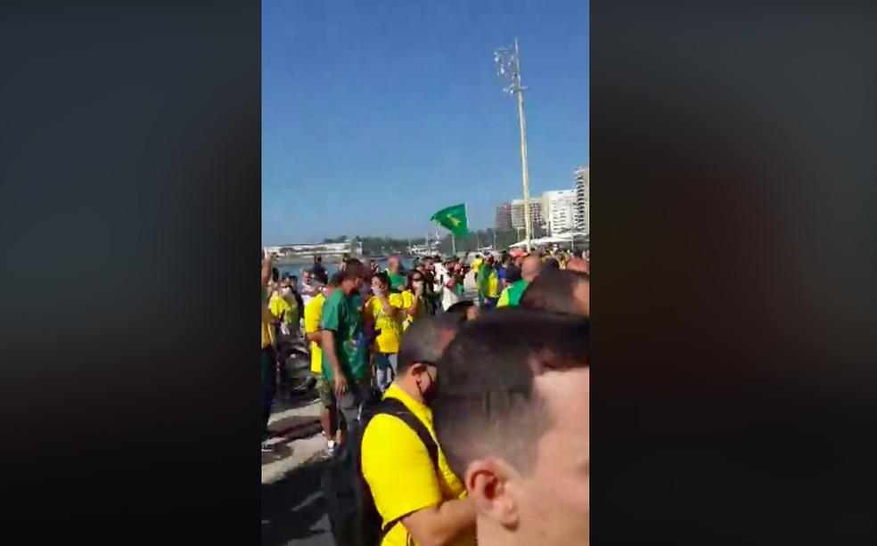 De um lado, apoiadores de Jair Bolsonaro se reuniram em frente ao posto 5, com gritos em defesa do presidente. — Foto: Reprodução