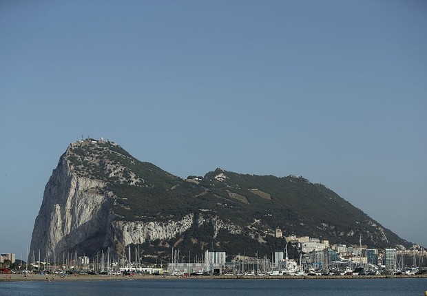 LA LINEA DE LA CONCEPCION, SPAIN - JUNE 23: The Rock of Gibraltar stands on June 23, 2016 as viewed from La Linea de la Concepcion, Spain. Gibraltar is a British dependent territory that profits from tourism, finance and its shipyard. (Photo by Sean Gallu (Foto: Photo by Sean Gallup/Getty Images)
