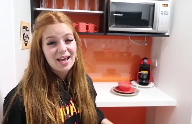 A cozinha tem um cantinho laranja, onde o casal faz as refeições (Foto: Reprodução)