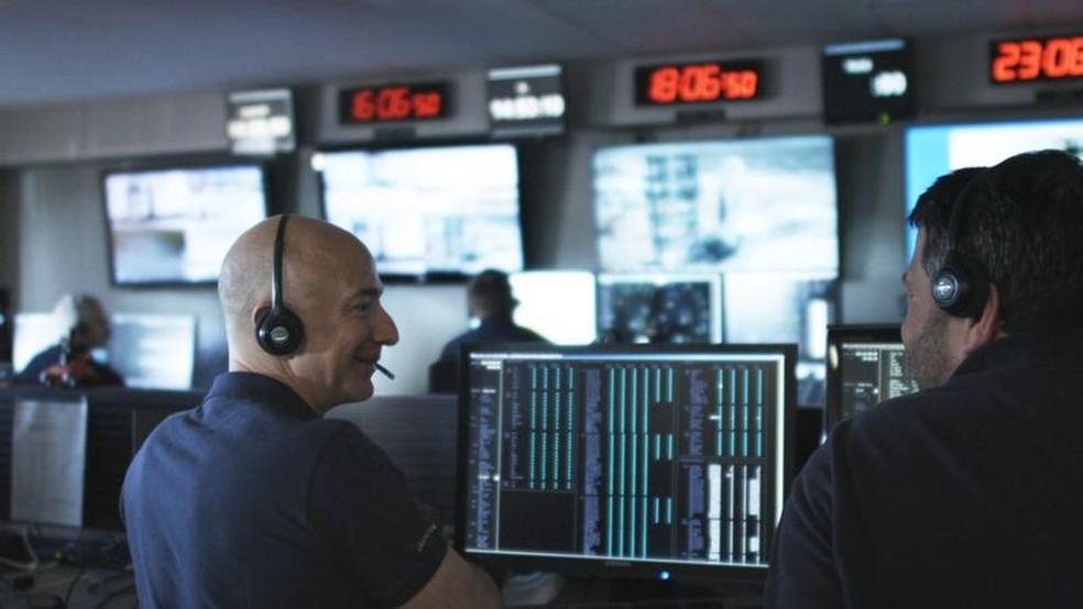 Jeff Bezos tem grandes ambições na exploração espacial, com foguetes ainda maiores sendo desenvolvidos — Foto: Blue Origin via BBC
