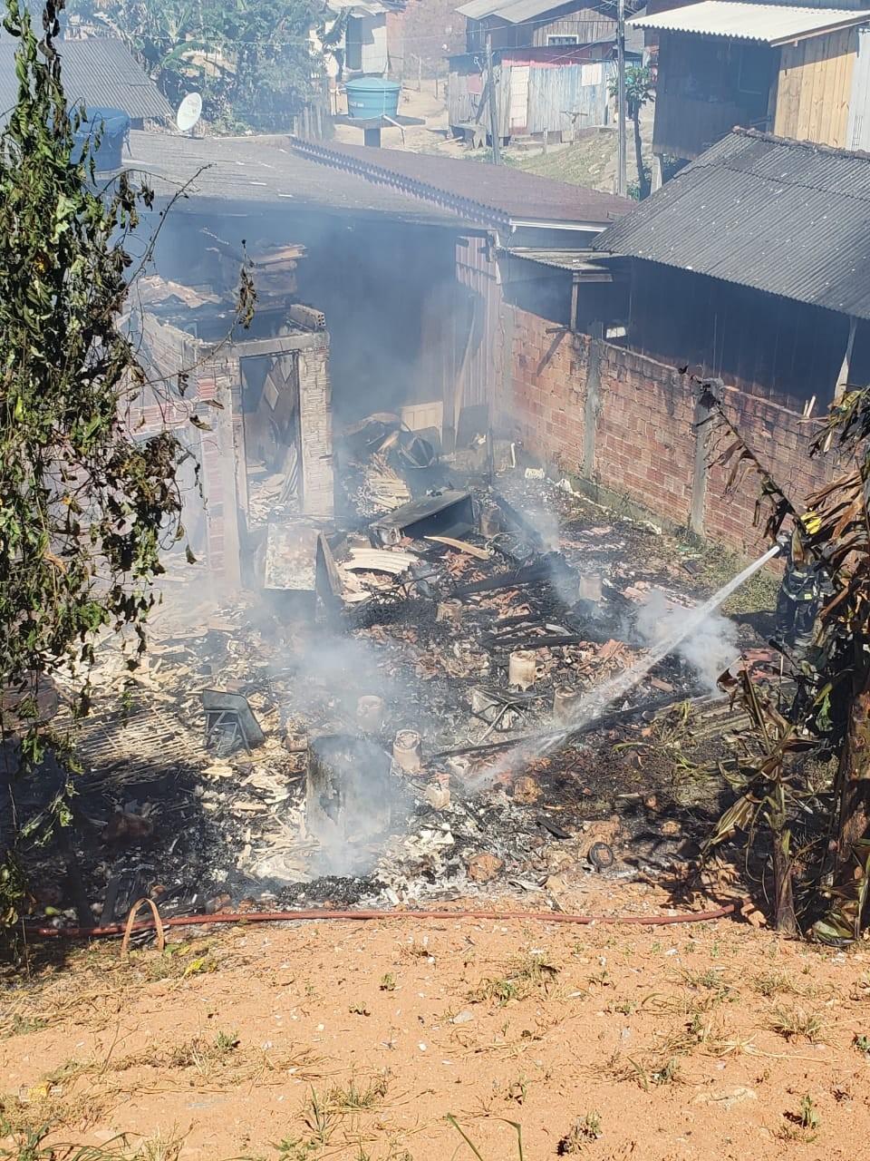 Casa fica destruída em incêndio na Grande Florianópolis - Noticias