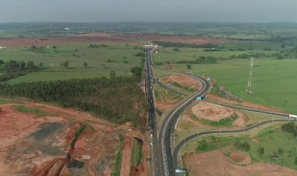 Vicinal paralela a rodovia era utilizada pelos moradores de bairros rurais para desviar da praça de pedágio  — Foto: TV TEM / Reprodução