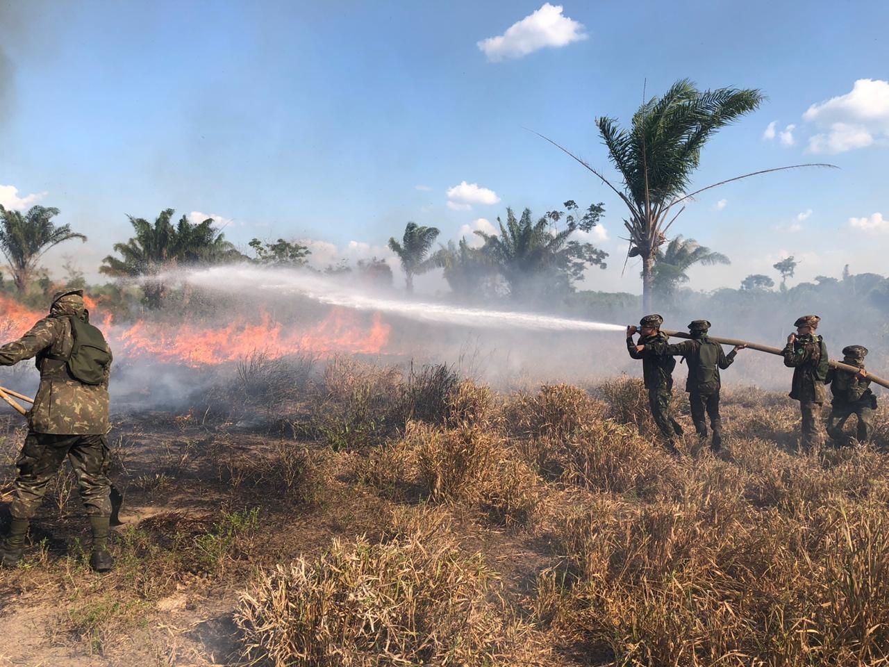 Militares combatem incêndio em área de mata no sudeste do Pará