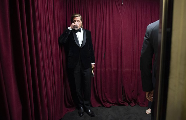 HOLLYWOOD, CALIFORNIA - FEBRUARY 09: In this handout photo provided by A.M.P.A.S. Brad Pitt stands backstage during the 92nd Annual Academy Awards at the Dolby Theatre on February 09, 2020 in Hollywood, California. (Photo by Matt Petit - Handout/A.M.P.A.S (Foto: A.M.P.A.S. via Getty Images)
