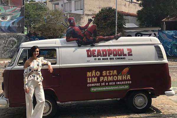 """Morena em frente à Kombi de """"pamonha"""" que divulga Deadpool 2 (Foto: Reprodução instagram)"""