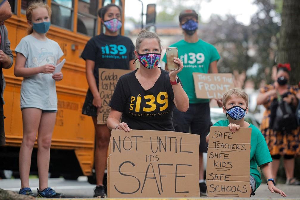14 de setembro - Pais e filhos protestam contra a reabertura de escolas em meio ao surto de coronavírus (Covid-19), no bairro do Brooklyn, em Nova York — Foto: Brendan McDermid/Reuters