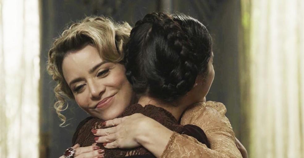 Josephine se mostra carinhosa com a menina para convencê-la a sair de casa e lhe ajudar no plano contra Tibúrcio (Foto: TV Globo)