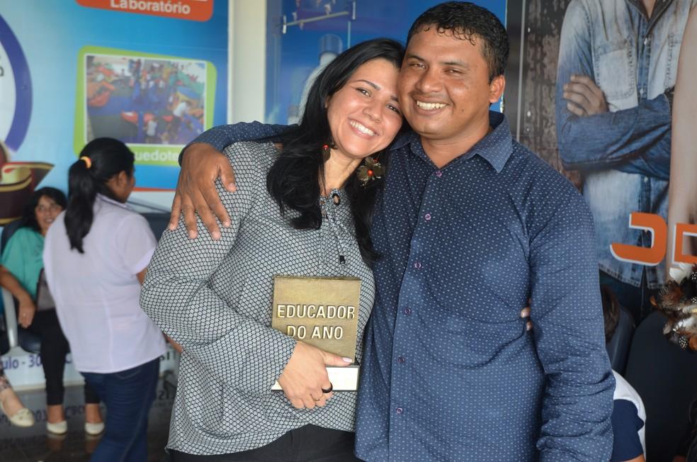 Educadora ao lado do marido, após ser premiada como Educadora do Ano (Foto: Rogério Aderbal/G1)