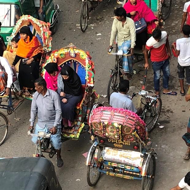 Pessoas usando rickshaws, transporte comum em Bangladesh (Foto: Ana Maria Drummond)