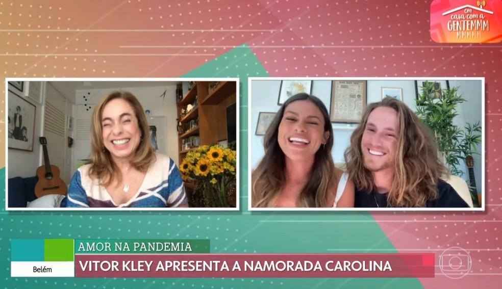 No 'É de Casa', Vitor Kley conta a Cissa Guimarães que está na casa da namorada portuguesa — Foto: Globo