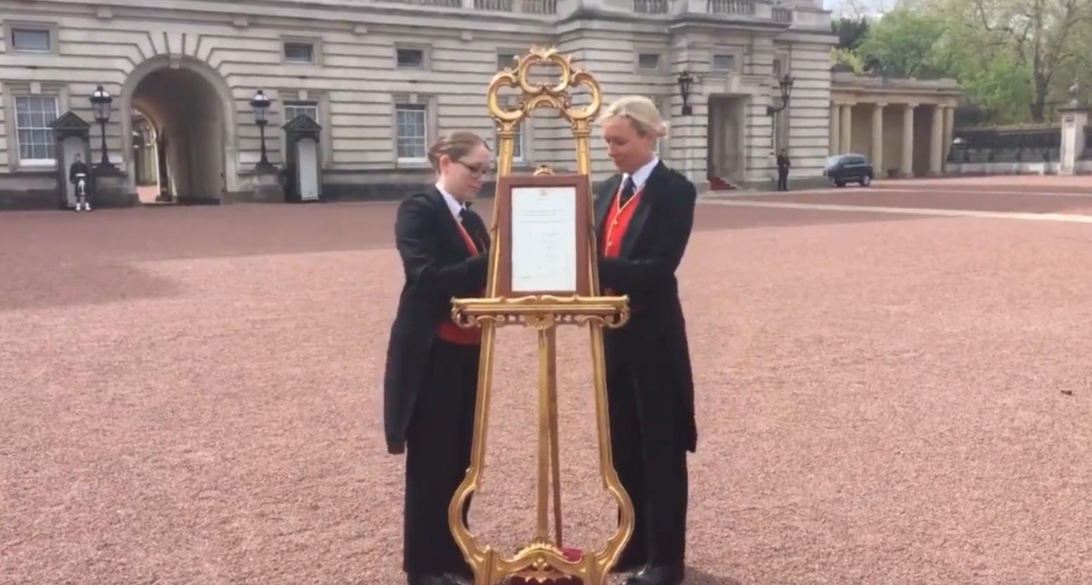 aviso foi colocado em frente ao palácio de Buckingham (Foto: Reprodução/Twitter)