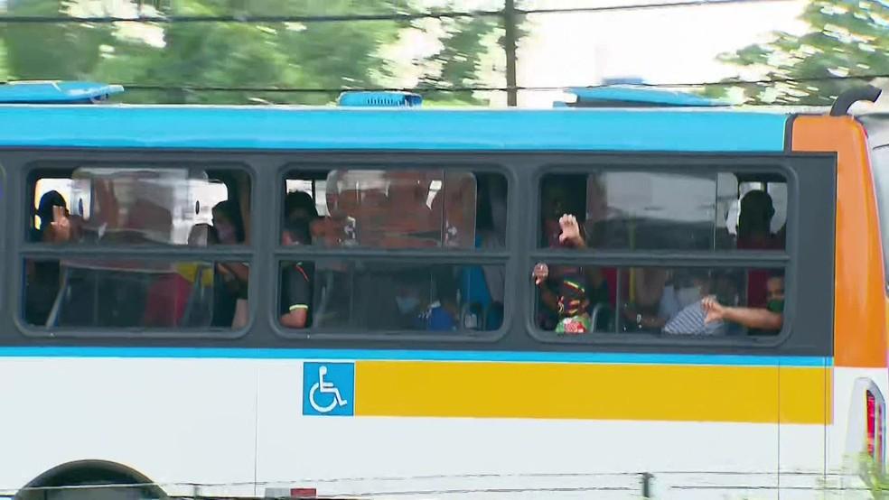 Mesmo em meio a pandemia, ônibus circulam lotados de passageiros no Grande Recife — Foto: Reprodução/TV Globo