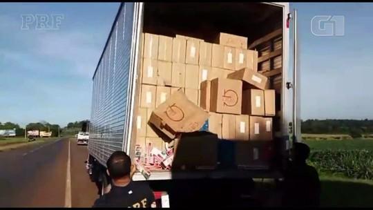 PRF apreende dois caminhões com cerca de 800 mil maços de cigarros contrabandeados, no oeste do Paraná