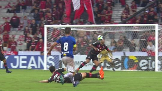 Que fase, general! Thiago Heleno acumula falhas pelo Atlético-PR em 2018