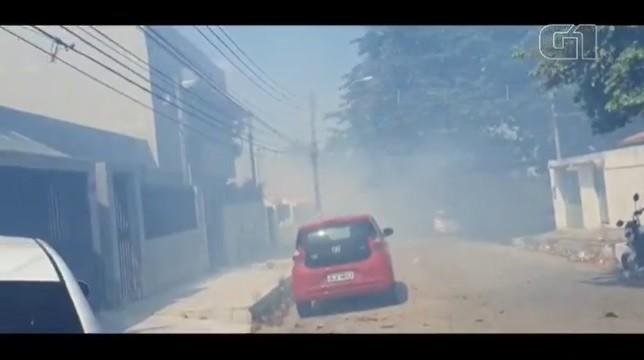 Fogo atinge vegetação e fumaça encobre casas do conjunto Samambaia, na Serraria, em Maceió