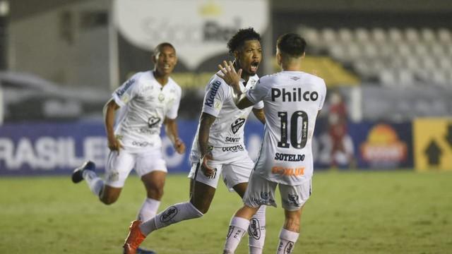 Marinho comemora o segundo gol do Santos