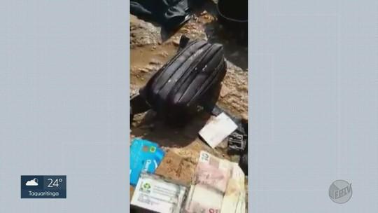 Turista encontra mergulhador que achou pochete dele com dinheiro no fundo do mar em Ubatuba, SP