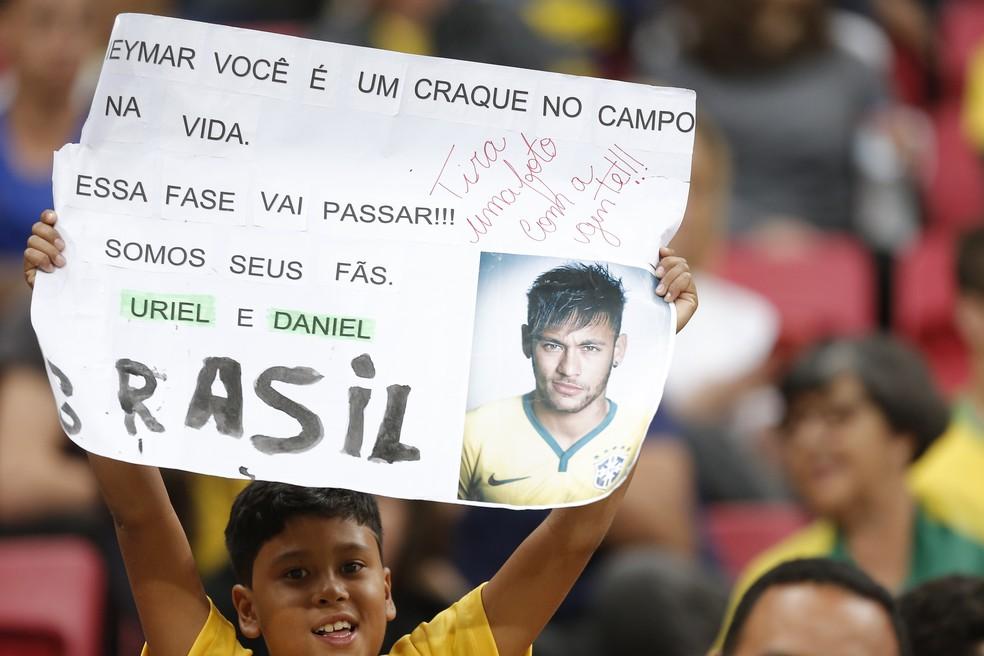 Criança segura cartaz de apoio a Neymar — Foto: Dida Sampaio/Estadão Conteúdo