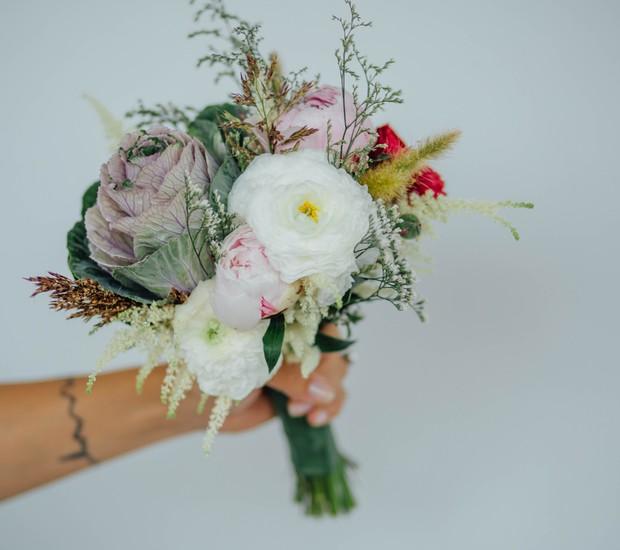 O buquê é formado por repolho ( flor roxa grande da esquerda), ranúnculos (branco), peônias (rosa clarinha), fantasia, astilbe, diversos matinhos e capins (Foto: Gleeson Paulino/Divulgação)