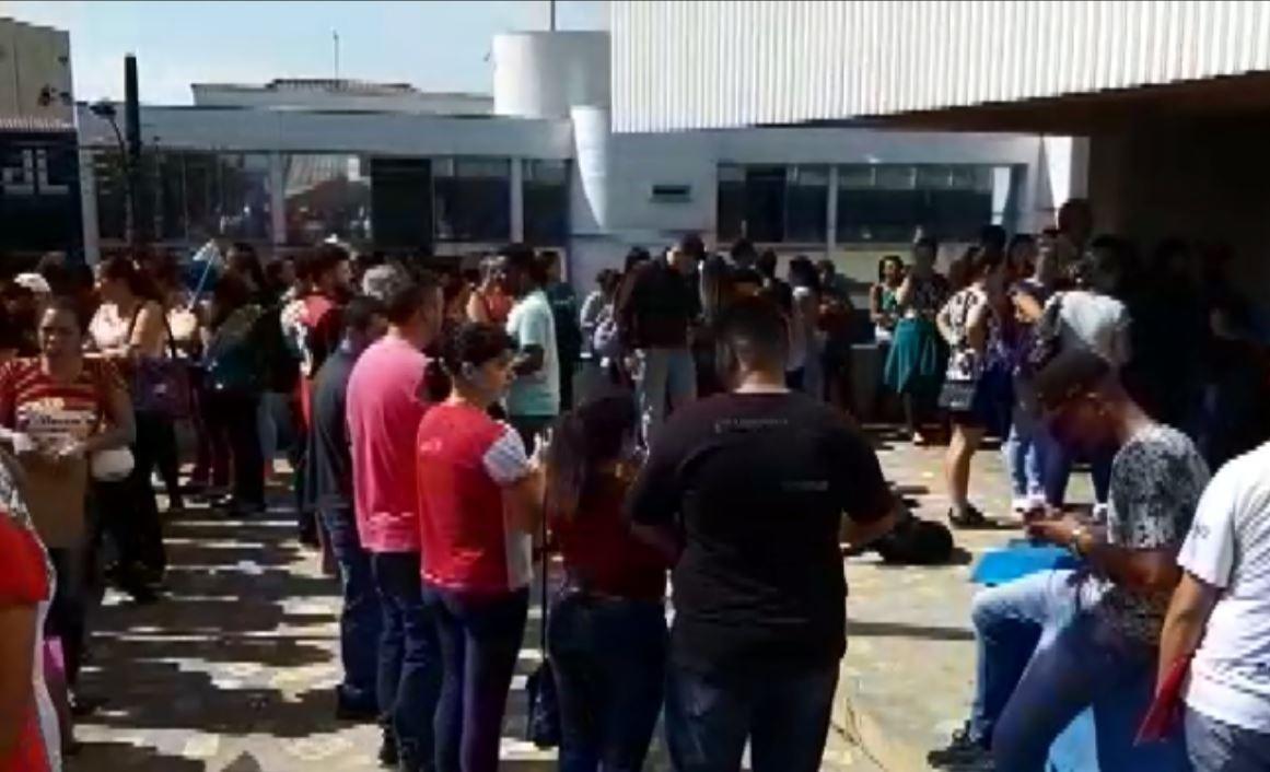 Centenas de pessoas se reúnem em busca por vaga de emprego temporário em Passos - Notícias - Plantão Diário