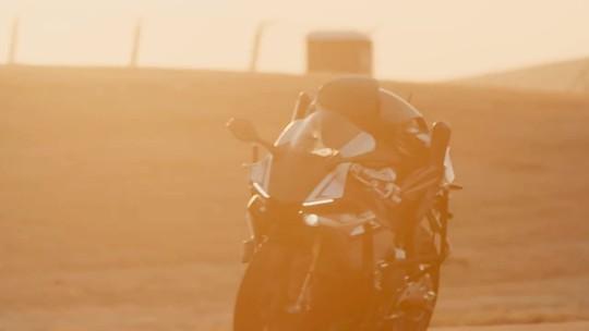 Robô da Yamaha que anda sozinho em moto passa dos 200 km/h, mas ainda 'leva pau' de Valentino Rossi