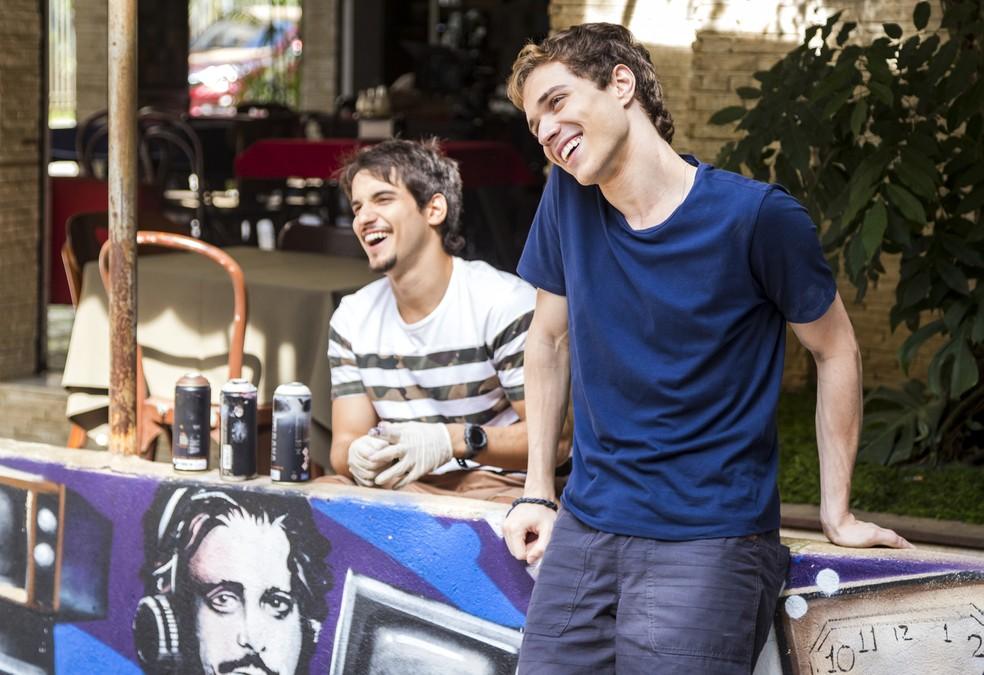 Os amigos Gabriel (Luis Galves) e Felipe (Gabriel Calamari) serão vítimas de homofobia em 'Malhação - Viva a Diferença'. — Foto: Globo/Paulo Belote