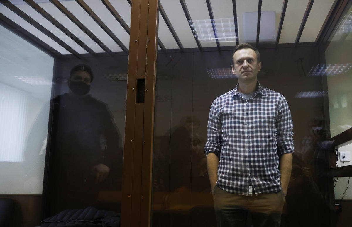 Alexei Navalny, político de oposição a Vladimir Putin, está em greve de fome e perde sensibilidade nas mãos, segundo advogados