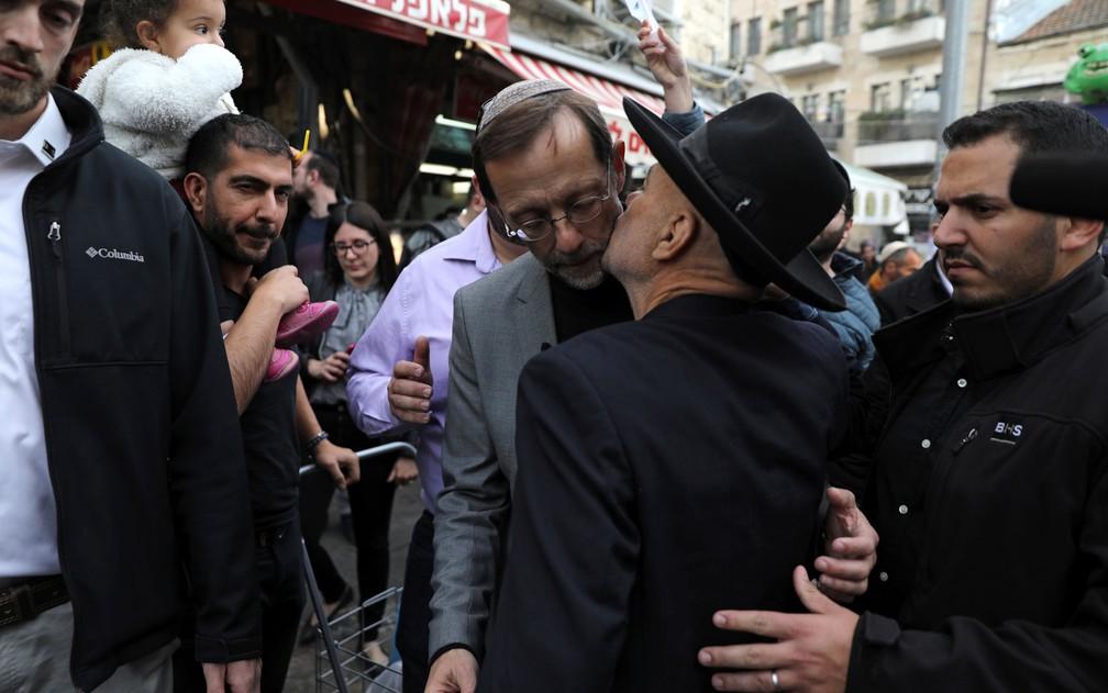 Moshe Feiglin, líder do partido religioso ultra-nacionalista Zehut, cumprimenta eleitores no Mercado Mahane Yehuda, em Jerusalem, na quinta-feira (4) — Foto: Reuters/Ammar Awad