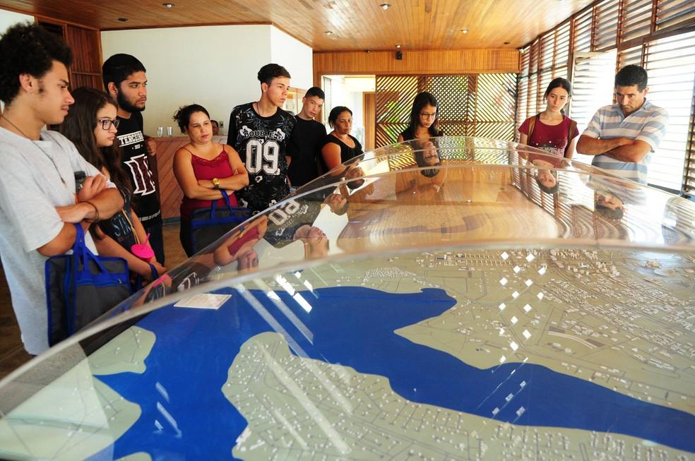 Alunos do ensino médio do DF fazem curso técnico de conservação e restauro no Museu Vivo da Memória Candanga (Foto: Pedro Ventura/GDF/Divulgação)
