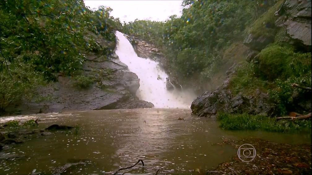 Cachoeira tem uma queda d'água de 30 metros — Foto: TVCA/ Reprodução