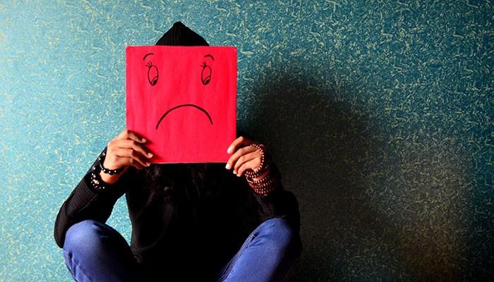 Estudo mostra que as pessoas estão cada vez mais tristes e com mais raiva (Foto: Pexels)
