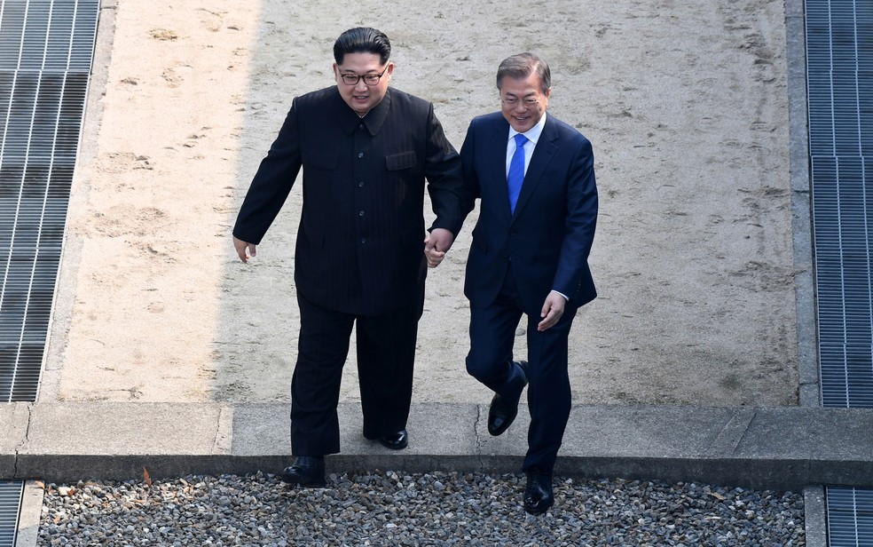 Durante encontro histórico em abril, o líder norte-coreano Kim Jong-un convidou o presidente sul-coreano Moon Jae-in a cruzar a fronteira para a Coreia do Norte com ele  (Foto: Korea Summit Press Pool/AFP)