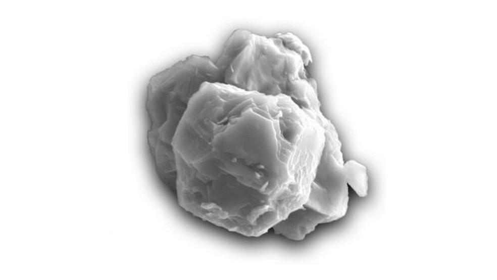 Micrografia eletrônica de um grão pré-solar. Este exemplo tem cerca de 8 micrômetros de comprimento — Foto: Janaína N. Ávila/BBC