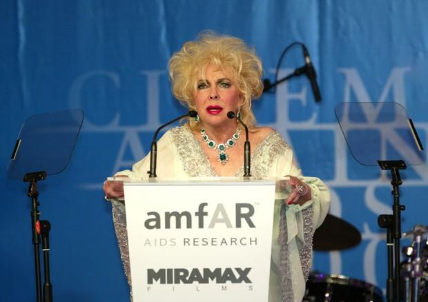 Elizabeth Taylor em evento em prol da luta contra a AIDS (Foto: Getty Images)