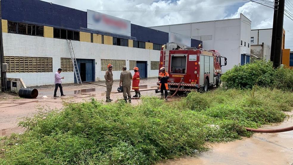 Outro estabelecimento pegou fogo quase simultaneamente ao primeiro incêndio em Cabedelo — Foto: Walter Paparazzo/G1